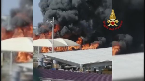 Incendio a Terme Vigliatore; brucia un deposito vicino all'A20 Messina/Palermo