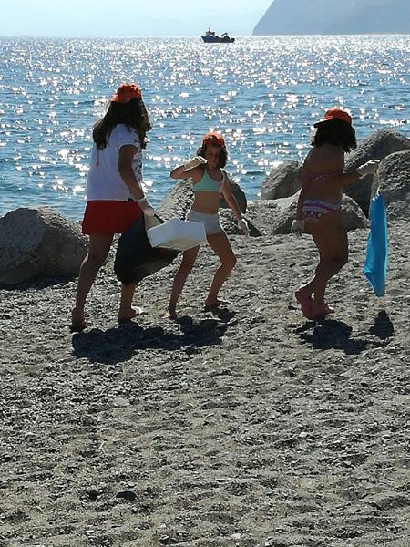 Marina di Patti: pulizia  della spiaggia da parte dei bambini della colonia estiva  dell'Associazione PFM
