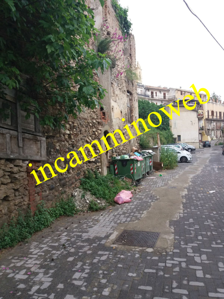 Patti: incuria totale in via Dei Greci, a quando la bonifica?